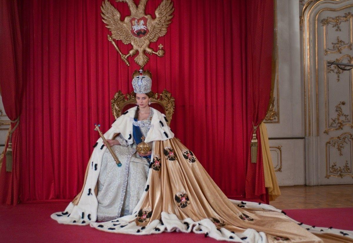 Надо же, художники сериала изучали историю и платье сделали точь-в-точь.